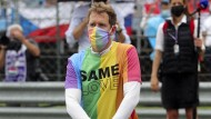 """Vettel brachte ein buntes T-Shirt mit der Aufschrift """"Same Love"""" als Zeichen für Vielfalt und Toleranz zum Rennen nach Ungarn, um ein Zeichen gegen das Regime von Viktor Orbán zu setzen."""