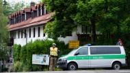 Ein Polizist sichert den Tatort, ein Pflegeheim im bayerischen Erharting.