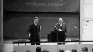 Harte Prüfung: Bei einer Diskussion mit Max Horkheimer im Jahr 1967 musste Asta-Vorsitzender Hans-Jürgen Brinkholz (links) für den schwerhörigen Professor die Fragen aus dem Publikum wiederholen. Das gelang ihm nicht besonders gut.