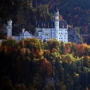 Märchenschloss bei Tag: Schloss Neuschwanstein bekommt eine neue Beleuchtung, die das Schloss auch bei Nacht erscheinen lassen soll. (Archivfoto).