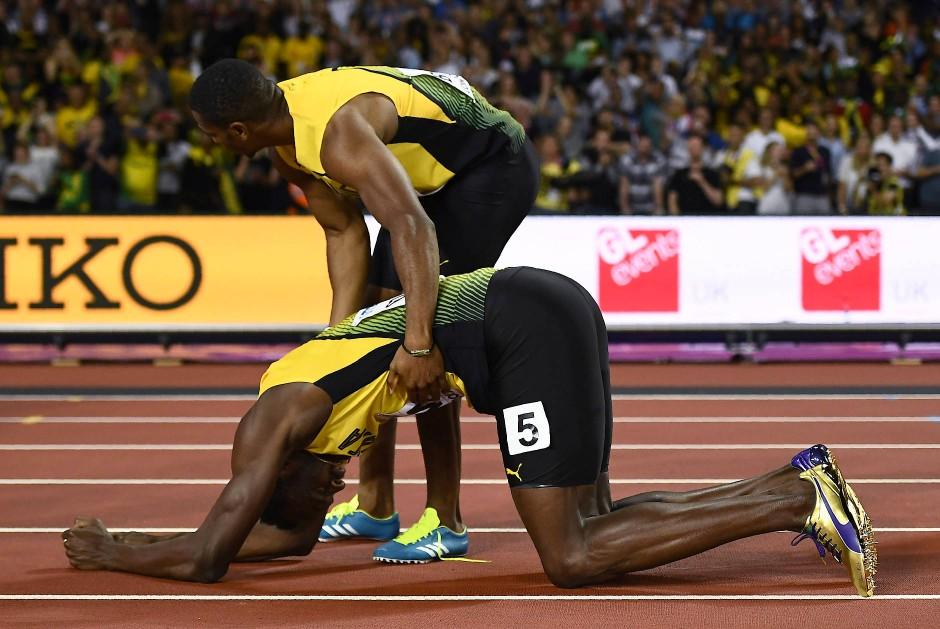 Verletzt liegt Bolt am Boden: Sein Teamkollege versucht ihm zu helfen und zu trösten.