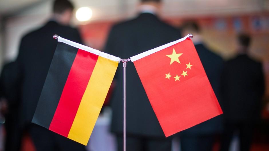 Eine chinesische und eine deutsche Flagge