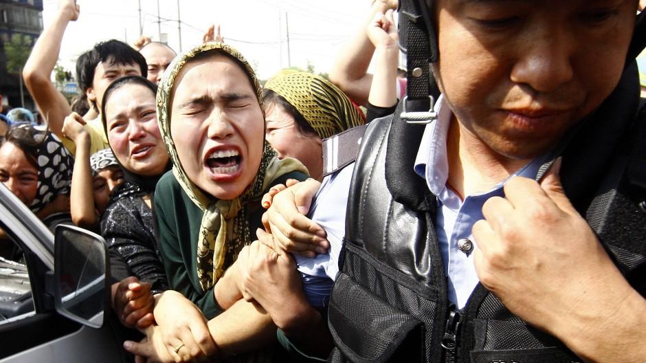 Angehörige der uigurischen Minderheit in China demonstrieren 2009 in der Unruheregion Xinjiang in Nordwestchina.