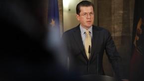 Karl-Theodor zu Guttenberg - Der Bundesverteidigungsminister gibt in der Säulenhalle seines Ministeriums in Berlin eine Erklärung zu seinem bevorstehenden Rücktritt ab