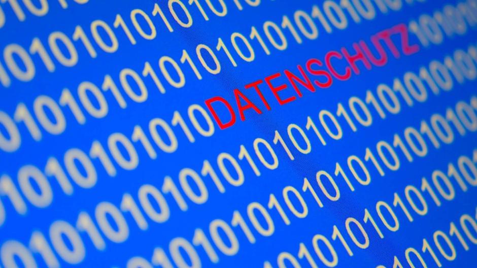 """Das Wort """"Datenschutz"""". und Zahlen sind auf einem Computermonitor zu sehen. Ab dem heutigen Freitag gelten die neuen EU-Datenschutzregeln."""