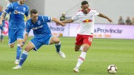 Leipzigs Matheus Cunha (r) setzt sich gegen seinen Gegenspieler durch