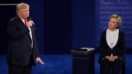 Donald Trump und Hillary Clinton während des zweiten Fernsehduells am Montagabend.