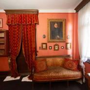 Polster verschlissen, Armlehne abgebrochen: Das Sofa im Roten Salon hat besonders gelitten