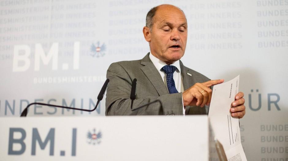 Der österreichische Innenminister Wolfgang Sobotka präsentiert eine Wahlkarte.