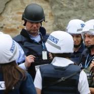 OSZE-Vertreter Alexander Hug mit Mitarbeitern im ukrainischen Dorf Zaitsevo. (Mai 2016)