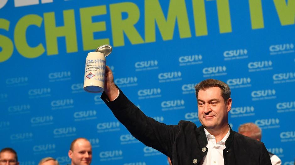 Markus Söder, CSU-Vorsitzender und Ministerpräsident aus Bayern, prostet beim Politischen Aschermittwoch der CSU den Anwesenden zu.