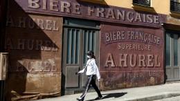 Verlassenes Filmset in den Straßen von Paris