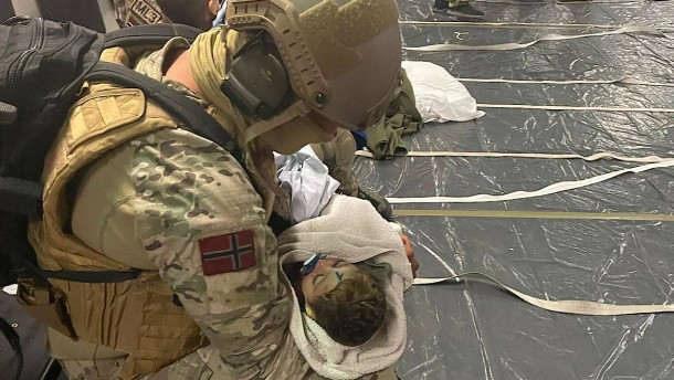 Bewegendes Foto zeigt gerettetes Baby im Arm eines Soldaten
