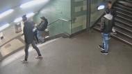 Die Berliner Polizei hatte den U-Bahn-Treter und seine drei Begleiter mithilfe von Bildern einer Überwachungskamera identifiziert.