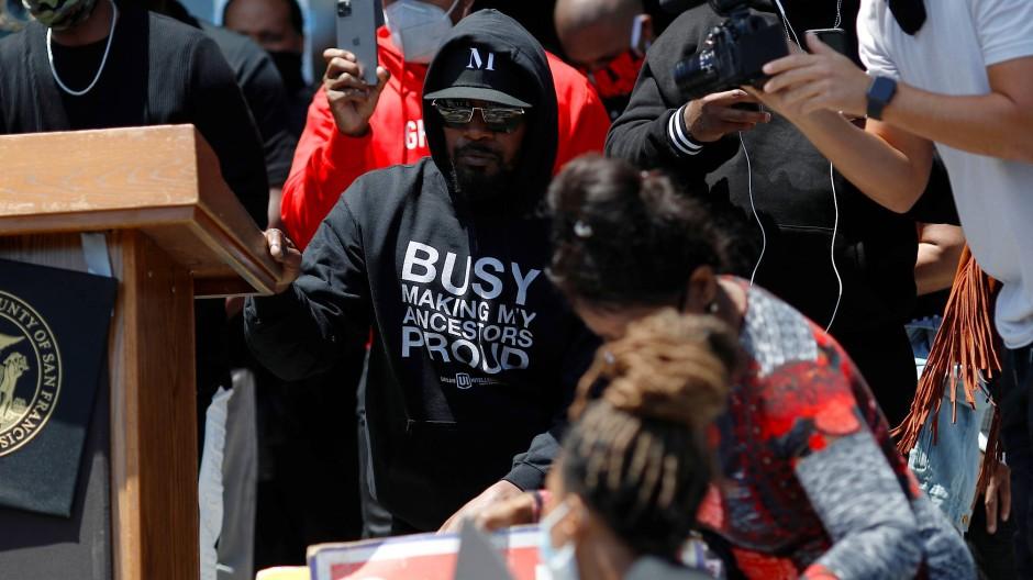 Jamie Foxx kniet bei einer Demo in San Francisco als Geste des Protests gegen Polizeigewalt.