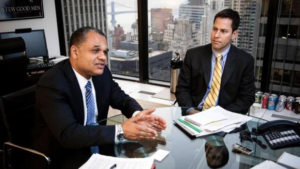 Eric Ben-Artzi - Der ehemalige Mitarbeiter der Deutschen Bank in New York und sein Anwalt Jordan Thomas sprechen in der New Yorker Kanzlei Labaton Sucharow mit Norbert Kuls.