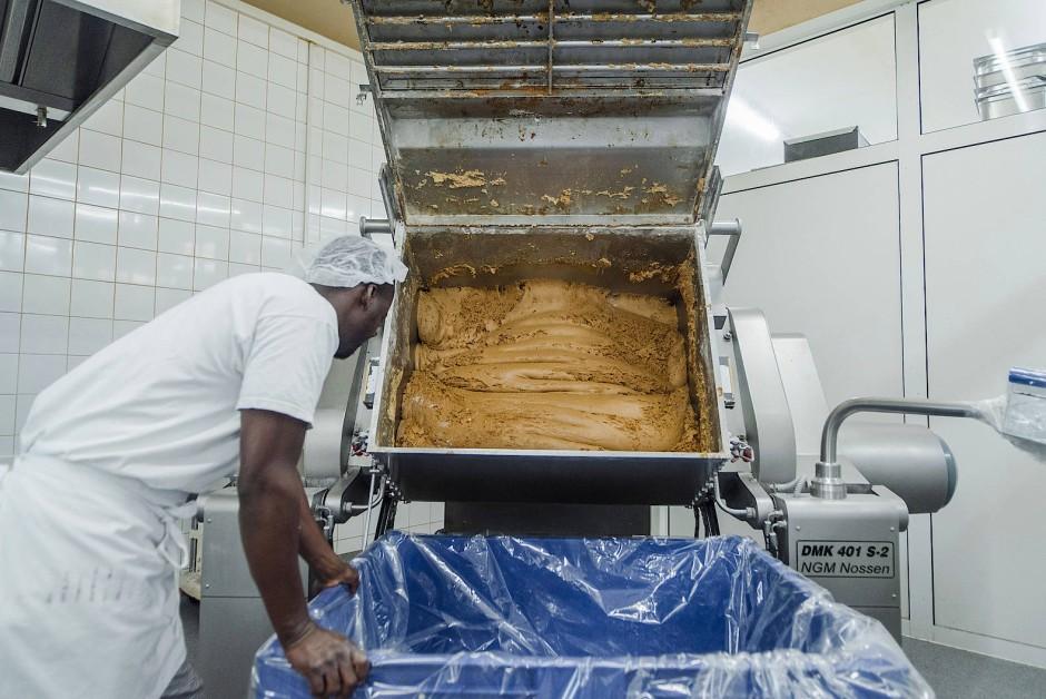 Die Lebkuchenmischung wandert nach dem Kneten erstmal vier Wochen in blauen Boxen ins Klimalager, damit alles schön fluffig wird.