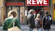 Supermarkt in Berlin: Nur eine bestimmte Anzahl an Leuten darf rein.