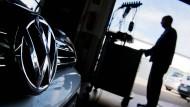 Ein Kfz-Meister lädt ein Software-Update auf einen Volkswagen Golf mit einem 2,0-Liter-Dieselmotor in einer Volkswagen-Werkstatt in Hannover.
