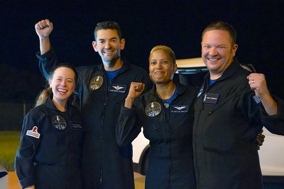 Die Amateur-Astronauten nach der Landung (v.l.): Hayley Arceneaux, Jared Isaacman, Sian Proctor und Chris Sembroski