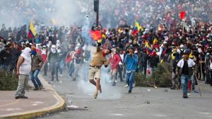 Präsident verhängt nach gewaltsamen Zusammenstößen Ausgangssperre