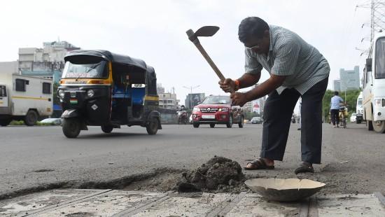 Er kämpft gegen Schlaglöcher in Mumbai