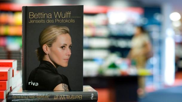 Bettina Wulff draengt in die Oeffentlichkeit