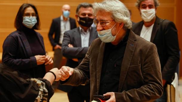 Journalist Dündar zu mehr als 27 Jahren Haft verurteilt