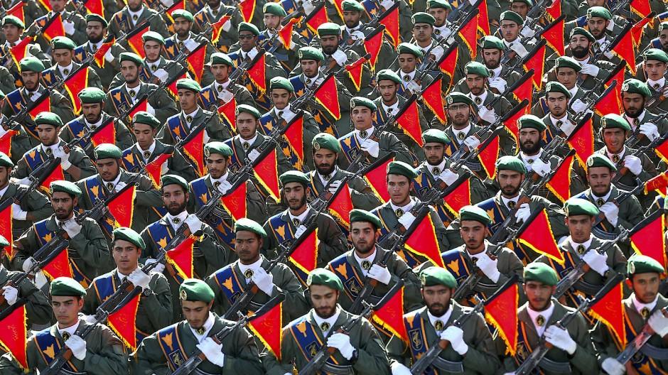 In Militärparaden stellen die iranischen Revolutionsgarden ihre Stärke zur Schau. Im Internet liefern sich Hacker einen virtuellen Stellvertreterkrieg.