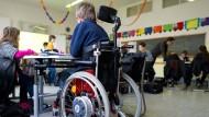 Junge mit Rollstuhl nimmt am Unterricht einer Regelschule in Baden-Württemberg teil.