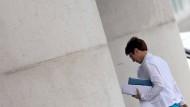 Muss derzeit heftige Kritik einstecken: CDU-Chefin Annegret Kramp-Karrenbauer am Montag auf dem Weg ins Kanzleramt.