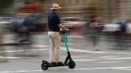 Schnell mal unterwegs: Die Stadt Frankfurt möchte, dass die E-Roller künftig langsamer fahren.