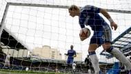 Seltenes Glücksgefühl: Fernando Torres sammelt das Arbeitsgerät nach seinem Tor ein