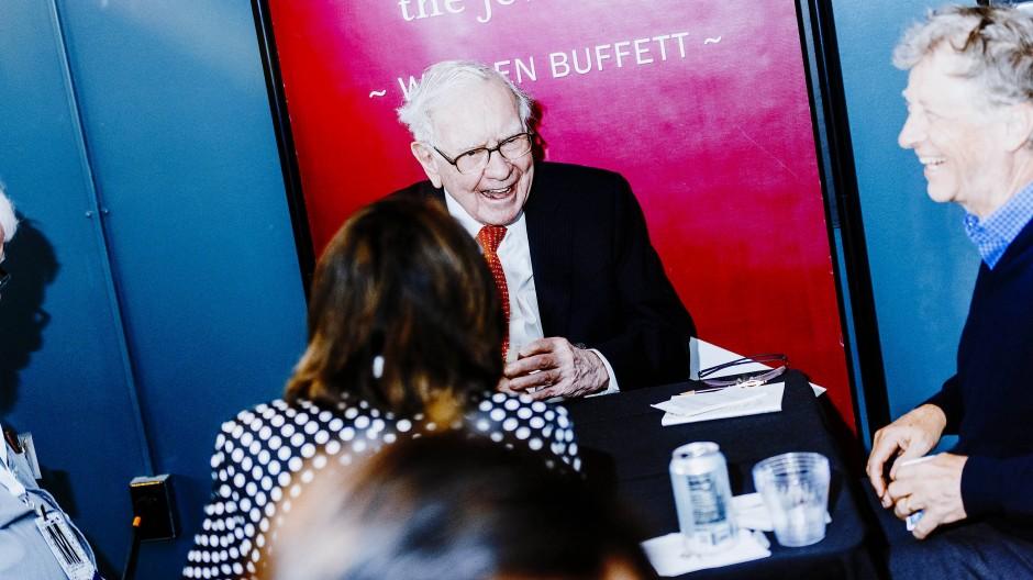 Auf eine Partie Bridge: Starinvestor Warren Buffet und Microsoft-Mitgründer Bill Gates auf einer Veranstaltung während der Hauptversammlung von Berkshire Hathawy am 6. Mai 2019