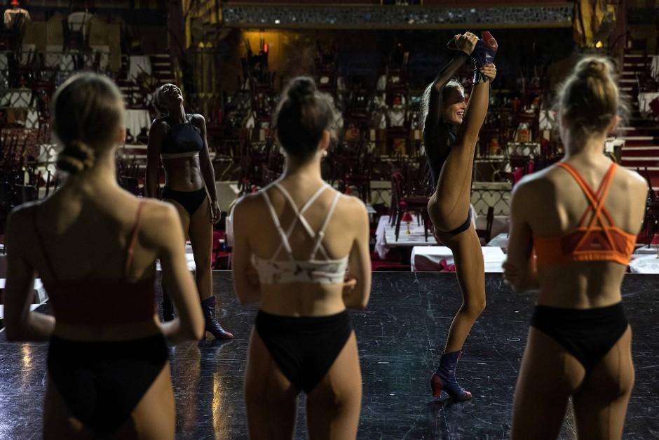 Üben, üben,üben: Die Tänzerin und Trainerin Audrey studiert mit den Tänzerinnen des Moulin Rouge Bewegungsabläufe ein.