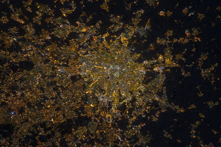 Im Jahr 2012 sah man Mailand von der Internationalen Raumstation aus noch vom gelblichen Licht der alten Natriumdampflampen erhellt.