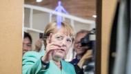 Bundeskanzlerin Angela Merkel lässt sich während ihrer China-Reise einen Spiegel erklären, in dem Gesundheitsdaten angezeigt werden.