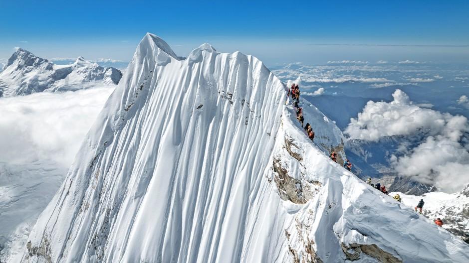 Manaslu:  30 Meter  trennen  den Gratpunkt, der als Gipfel galt, vom höchsten Punkt am Ende des Grates.