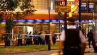 """Polizeikräfte sperren die U-Bahnstation """"Southgate"""" im Norden Londons ab."""