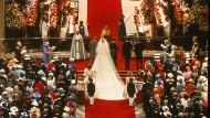 """Die Trauung am 29. Juli 1981 in der St.-Pauls-Kathedrale: Es begann wie im Märchen, vor 3500 geladenen Gästen. Beim Gelöbnis verhaspelte sich die junge Braut, statt """"Charles Philip Arthur George"""" sprach sie ihren Verlobten mit """"Philip Charles Arthur George"""" an. Und dass sie ihm nicht versprechen wollte, ihm zu """"gehorchen"""", hatte schon im Vorfeld für einen Skandal gesorgt. """"Ich fühlte mich wie ein Lamm, das zur Schlachtbank geführt wurde"""", sagte Diana später über ihre Hochzeit."""