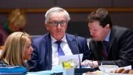 EU-Kabinettschefin Clara Martinez Alberola, EU-Kommissionspräsident Jean-Claude Juncker und der Generalsekretär der EU-Kommission Martin Selmayr (v.l.n.r.)