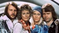 """Die Mitglieder der schwedischen Popgruppe """"Abba"""" 1974: Benny Andersson, Annafrid Lyngstad, Agnetha Fältskog und Björn Ulvaeus (von links nach rechts)"""