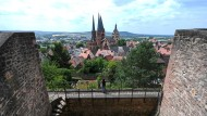 Aussicht: Der Blick von der Burgruine der ehemaligen Kaiserpfalz auf die evangelische Marienkirche in Gelnhausen im Main-Kinzig-Kreis.