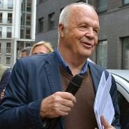 Kennt die Geschichten hinter den Messingplaketten: Hartmut Schmidt ist der erste Vorsitzende der Initiative Stolpersteine in Frankfurt.