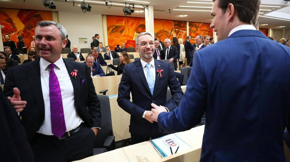 ÖVP-Vorsitzender Sebastian Kurz (r.) Ende Oktober bei der konstituierenden Sitzung des österreichischen Parlaments in Wien mit seinem früheren Innenminister Herbert Kickl (M.) und FPÖ-Chef Norbert Hofer