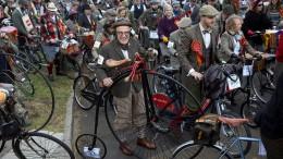 Exzentrisches Fahrradrennen im Retro-Outfit