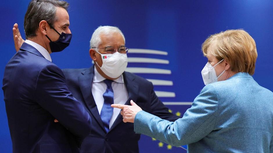 Kanzlerin Angela Merkel im Gespräch mit dem griechischen Regierungschef Kyriakos Mitsotakis und ihrem portugiesischen Amtskollegen Antonio Costa