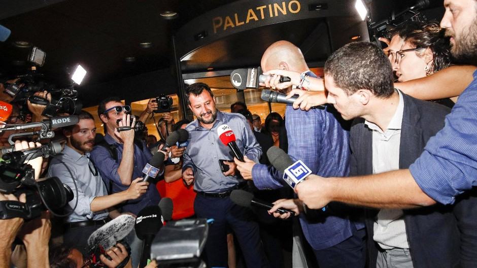 Noch gehört die Bühne ihm: Matteo Salvini wird nach einer Zusammenkunft der Lega-Abgeordneten in Rom am Montag von Journalisten umringt.
