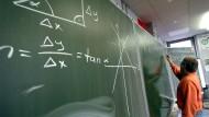 Künftig noch weniger Lehrer für Mathe und Physik