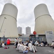 """Böhlen: Umweltaktivisten der Organisation """"Ende Gelände"""" blockierten am Sonntag eine Zufahrt zum Braunkohlekraftwerk Lippendorf."""